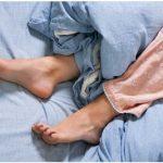 yatakta-bacaklar